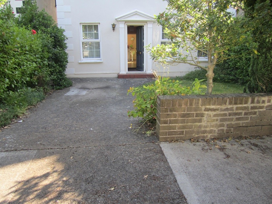 Front of house with tight entrance